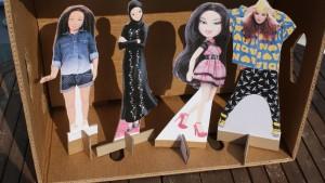 Mädchen bauen ihre Puppen das perfekte Haus!